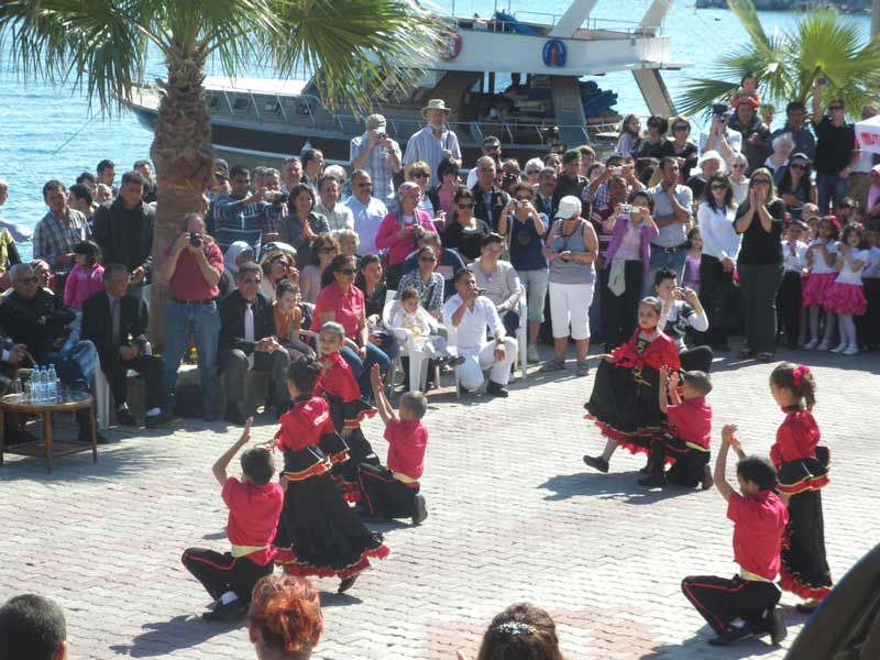 Children's Day in Turunç - dancing at the harbour